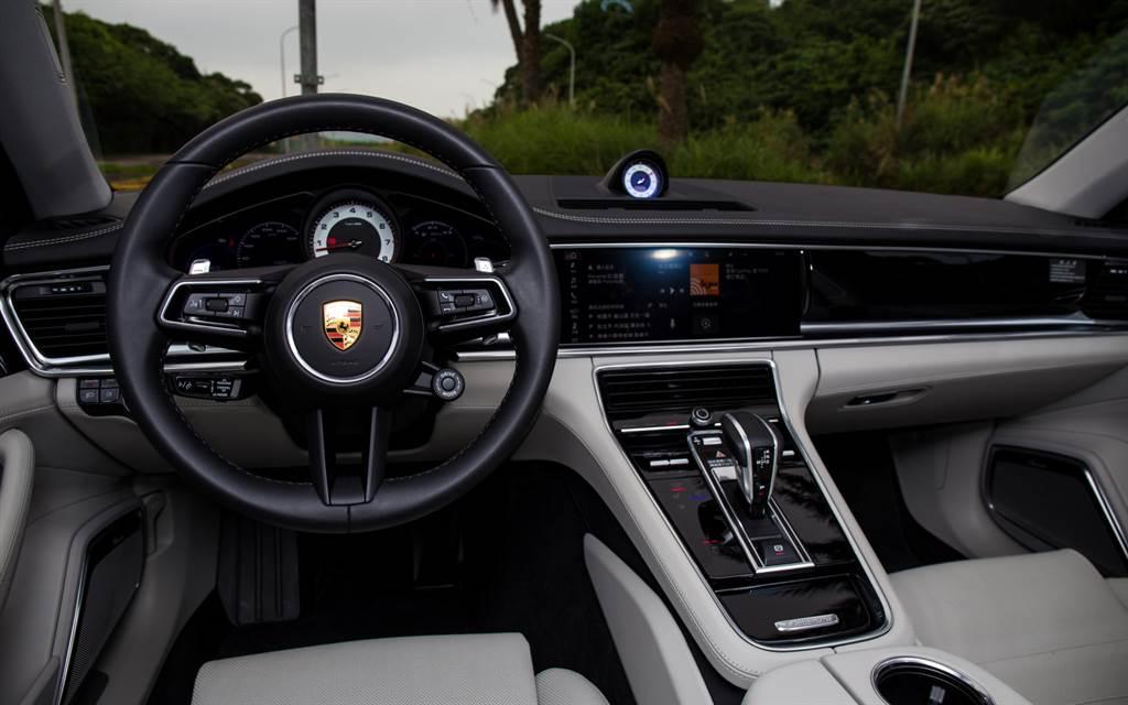 車艙佈局與小改款前並無不同,試駕車選配黑色搭配蠟灰色真皮內裝,與車色互相呼應。