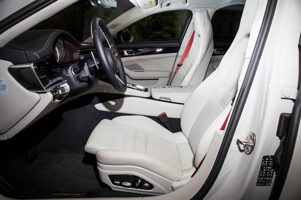 兩張舒適型座椅具備14向電調與通風功能,搭配酒紅色安全帶質感一流!