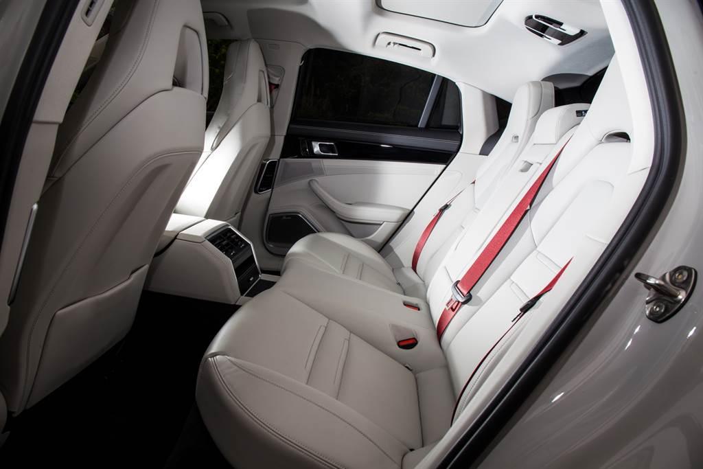 試駕車後座選用2+1配置,不過中央有著置物空間、冷氣出風口等裝置,椅墊也明顯比兩側硬上許多,乘坐不易。