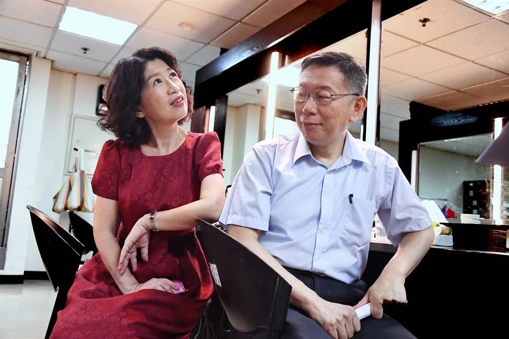 台北市長柯文哲(右)10日對外說身為醫事人員的妻子陳佩琪(左)還沒打疫苗,因為在看有沒有更好的。(摘自陳佩琪臉書)