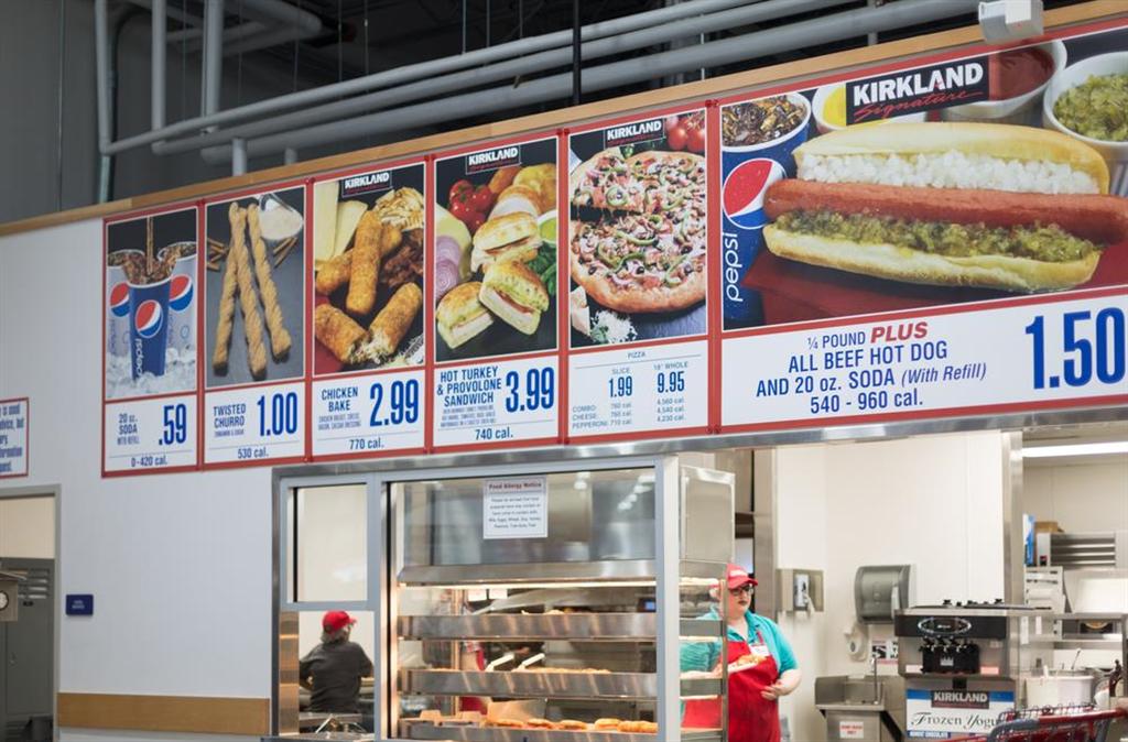 網友貼出好市多點餐區收銀台旁邊牆上的一張表格,網友一看哀號:不敢點了!(示意圖/達志影像)