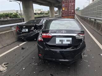 西濱轎車追撞2車 駕駛竟棄車不見蹤影