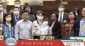 選戰提前開跑 議員於議會贈自製紀念獎盃