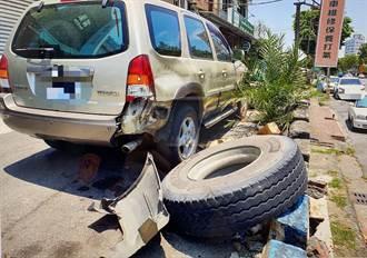 天外飛來橫禍 單車老翁突遭右方滾來貨車大輪胎擊落
