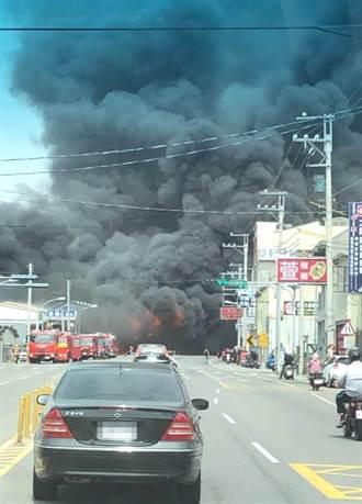 彰化溪湖二溪路沙發工廠大火 濃煙竄天嚇壞人