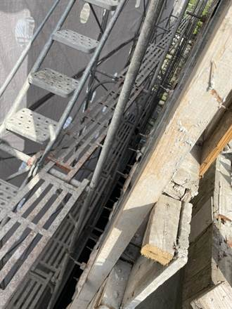 疑似鷹架不穩 中市安和路工人從3樓墜落到2樓
