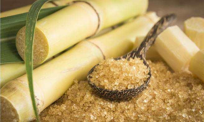 來自甘蔗的蔗糖,真的比較健康嗎?營養師點出關鍵。(示意圖/Shutterstock)