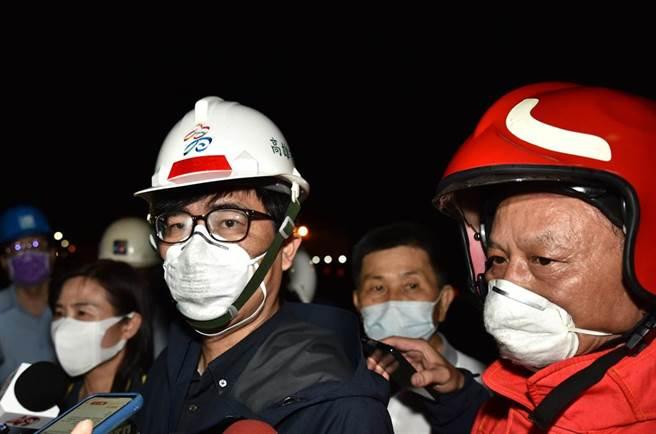 高雄市長陳其邁9日深夜到岡山區燁聯鋼鐵關心火警。(林瑞益攝)