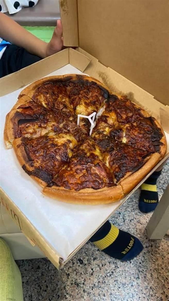 一名網友於母親節訂購披薩,一回家打開卻發現全燒焦。(圖/翻攝自爆怨2公社)