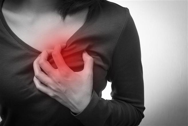 若有胸口像被重壓感覺時,要注意恐是冠狀動脈狹窄的症狀,心臟缺血很要命,最好盡速就醫。(示意圖/Shutterstock)