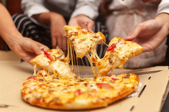 不少人都會在大節日訂購披薩,但有一名網友於昨日母親節買披薩,回家打開卻發現烤得一片焦黑。(圖/示意圖,達志影像)