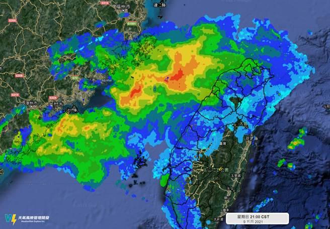 昨晚一大片對流移入台灣,但一滴雨有沒下,全部蒸發了。(翻攝自 天氣風險 WeatherRisk)