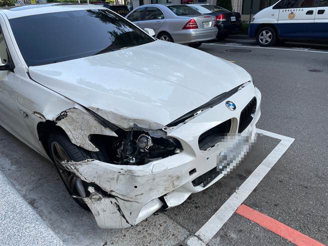 台中BMW撞保時捷飆速甩尾逃,一路瀉油後方騎士紛紛犁田。(民眾提供)