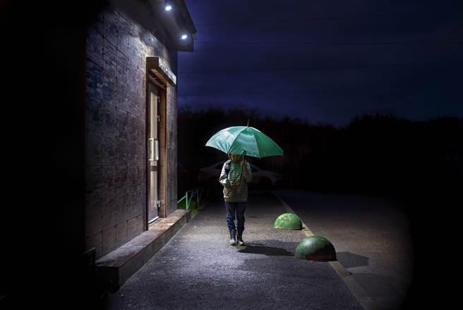 大陸一名男童日前深夜在街上遊走,員警上前詢問才得知他想到墓地裡看過世的媽媽。(示意圖/達志影像)