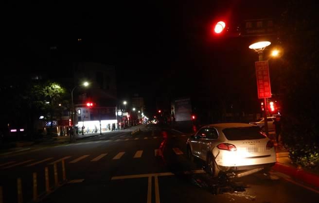 保時捷凱燕休旅車遭撞後,排氣管解體斷裂。(圖/民眾提供)