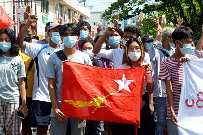 緬甸詩人謝赫(Khet Thi)8日被軍方拘留一夜問訊後身亡,體內器官被摘除。圖為緬甸民眾上街抗議軍政府政變的資料照。(圖/美聯社)