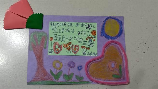 一名母親收到28歲腦麻兒的手做卡片,感動到差點哭出來。(圖/翻攝自爆怨2公社)