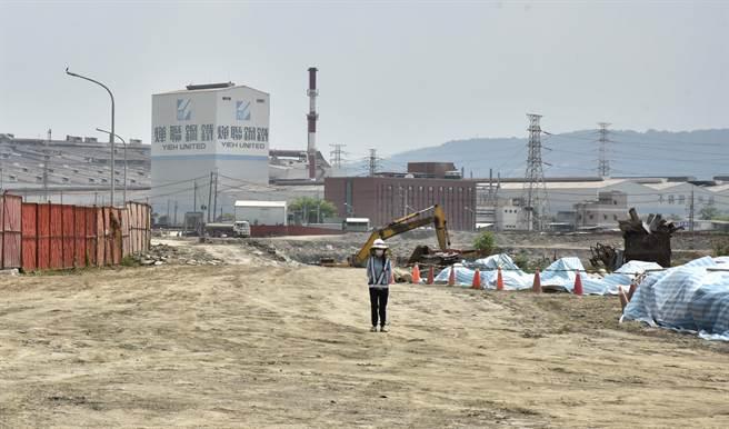 燁聯鋼鐵冷軋廠9日晚間發生火警,其地點剛好位於岡山區五甲尾滯洪池旁。(林瑞益攝)
