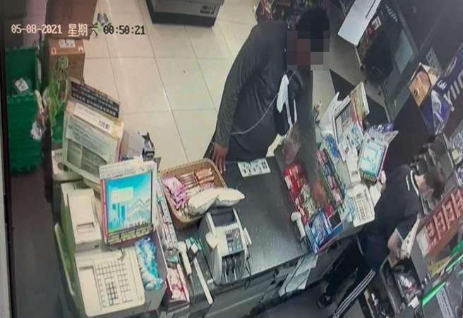 卓嫌偷竊櫃台上的寶可夢卡牌被超商監視器錄下畫面。(讀者提供/程炳璋台南傳真)
