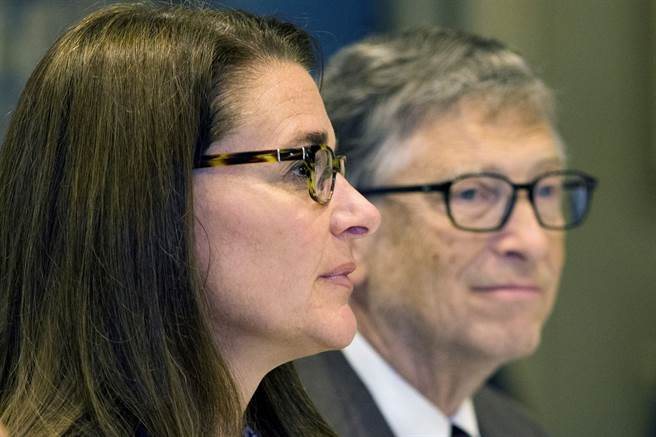 比爾蓋茲與梅琳達2015年9月24日在紐約出席聯合國記者會的神情。(路透)