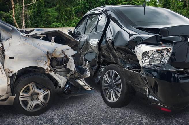 網友分享,去年背黑鍋怒咒同事「車禍死一死」,不料陷害他的同事真的撞死。(示意圖,達志影像/shutterstock)