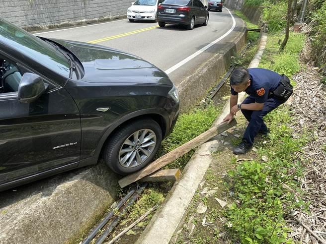 頭份警分局蓬萊所長林振民熱心協助熊姓婦人受困車輛脫困。(頭份警分局提供/謝明俊苗栗傳真)