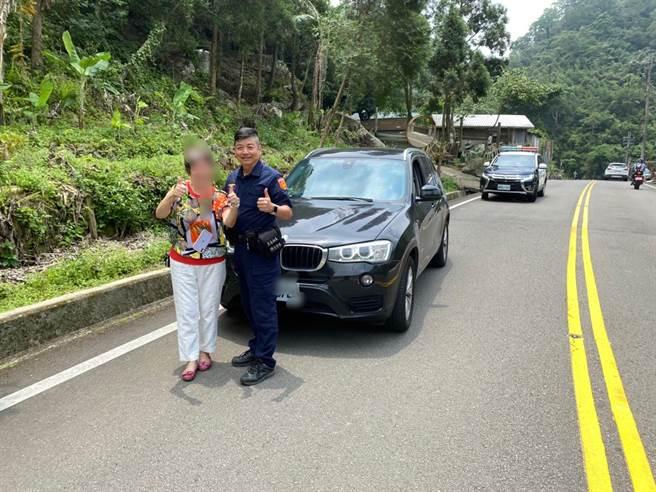 頭份警分局蓬萊所長林振民熱心協助熊姓婦人受困車輛脫困,獲得熊婦感謝不已。(頭份警分局提供/謝明俊苗栗傳真)