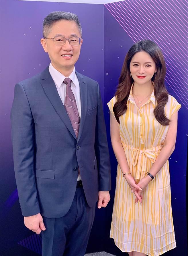 台灣運彩總經理林博泰(左)上時來運轉節目,與主持人尉遲佩玉(右)分享接受亞洲電台專訪內容。(林勝發攝)