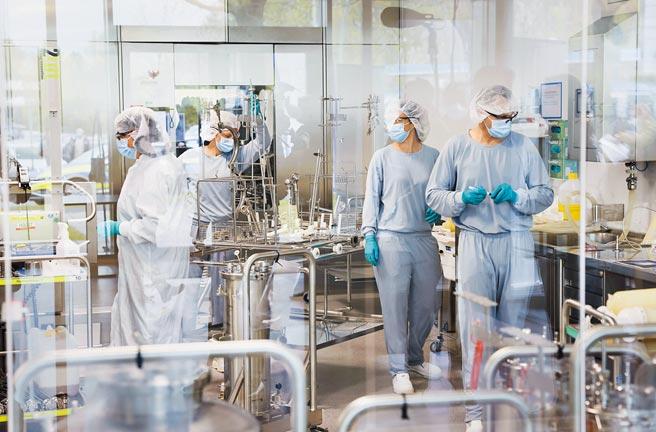 拜登政府宣布支持豁免新冠疫苗智財權,華府部分官員和西方各大藥廠憂心,此舉恐讓中國坐收漁利。圖為德國製藥廠工作人員正在進行輝瑞/BNT新冠疫苗生產分裝工作。(美聯社)