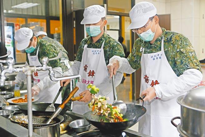 國防部副食供應中心於今年1月13日與廠商合意完成修約,增訂萊克多巴胺「未檢出」之條款及罰則。圖為陸軍第六軍團指揮部參與廚藝競賽。(本報資料照片)