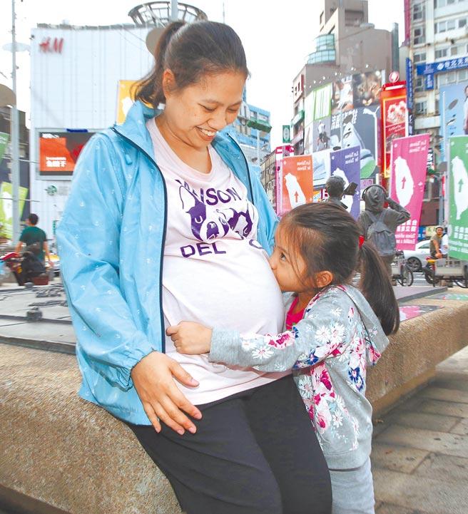 母親節雖受疫情影響很多人選擇不出門,媽媽還是帶著女兒到西門町逛街用餐,回家路上女兒親了親媽媽,又親了親還在媽媽肚子裡的弟弟,一同度過母親節。(圖文:陳君瑋)