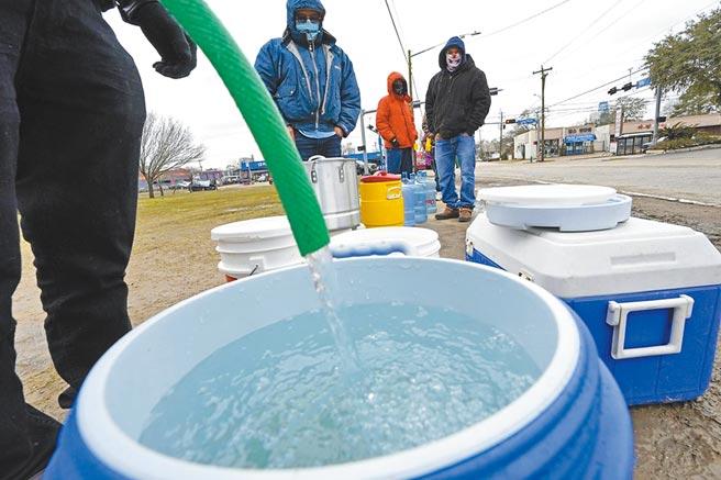 缺水,已成為全球性的問題。圖為美國德州民眾排隊領水的情形。(美聯社)