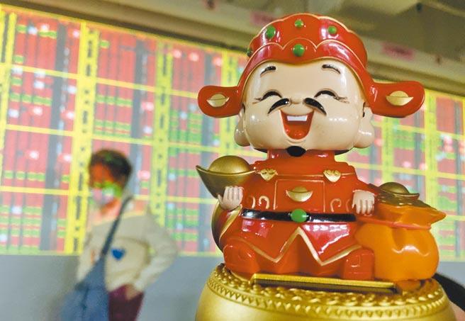 由於報稅準備充裕,對於「賣股求現」,國泰證期顧問處分析師蔡明瀚建議,台股下跌之際不宜出場,待反彈後再做獲利了結。(顏謙隆攝)