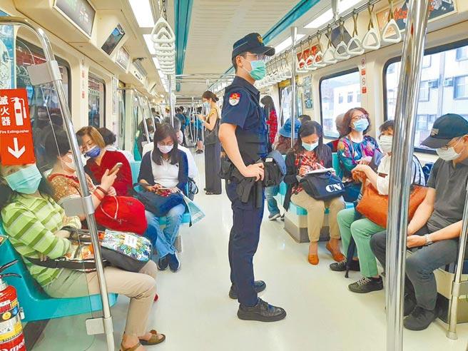捷運警察隊提醒搭乘捷運乘客,如遇到性騷擾、偷拍等事件,可透過車門旁的按鈕與站務人員通話尋求協助。(捷警隊提供)