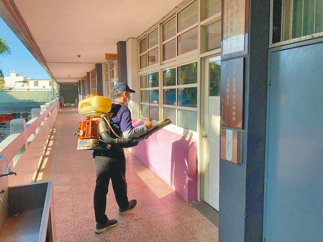 國中教育會考將於15、16日登場,中市環保局清潔人員加強消毒學校環境。(台中市教育局提供/陳淑娥台中傳真)