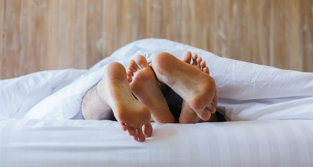 愛情長跑的老婆被多年好友NTR(睡走),綠帽夫撞見他們互傳的鹹濕簡訊氣炸。(示意圖/Shutterstock)
