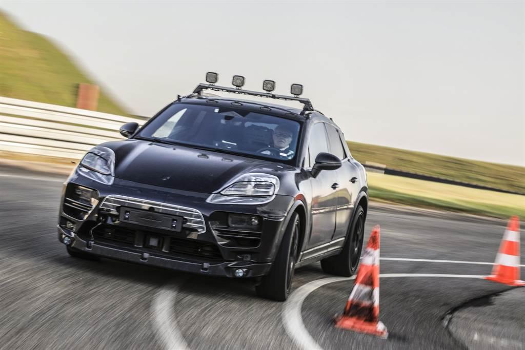 純電Macan原型車在魏薩(Weissach)研發中心練習車道上的初步測試。