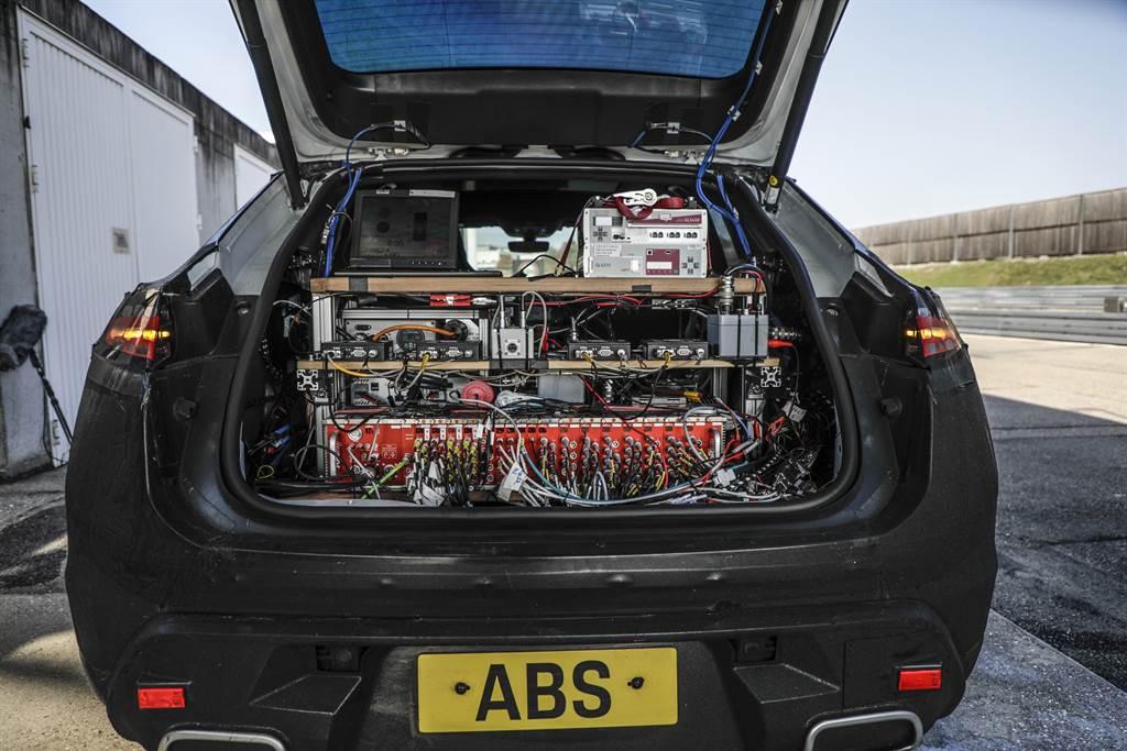 純電Macan原型車道路測試的結果會直接回饋到數位模擬開發。