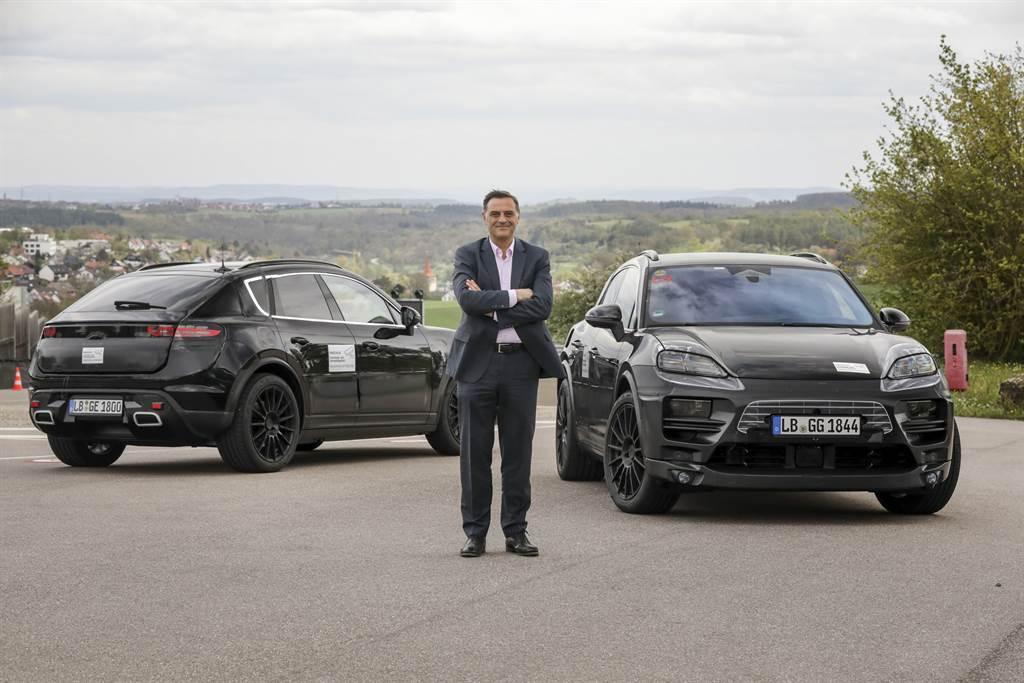 保時捷研發部執行董事會成員Michael Steine與純電Macan偽裝原型車。