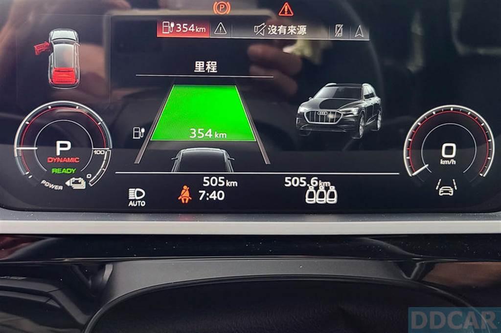 e-tron 55 表顯續航里程是以最近 150 公里的行駛狀況計算,浮動較大,建議盯趴數就好,比較好掌握電量。