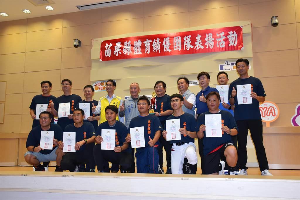 由苗栗縣教師組成的慢速壘球隊,奪得總統盃亞軍。(謝明俊攝)