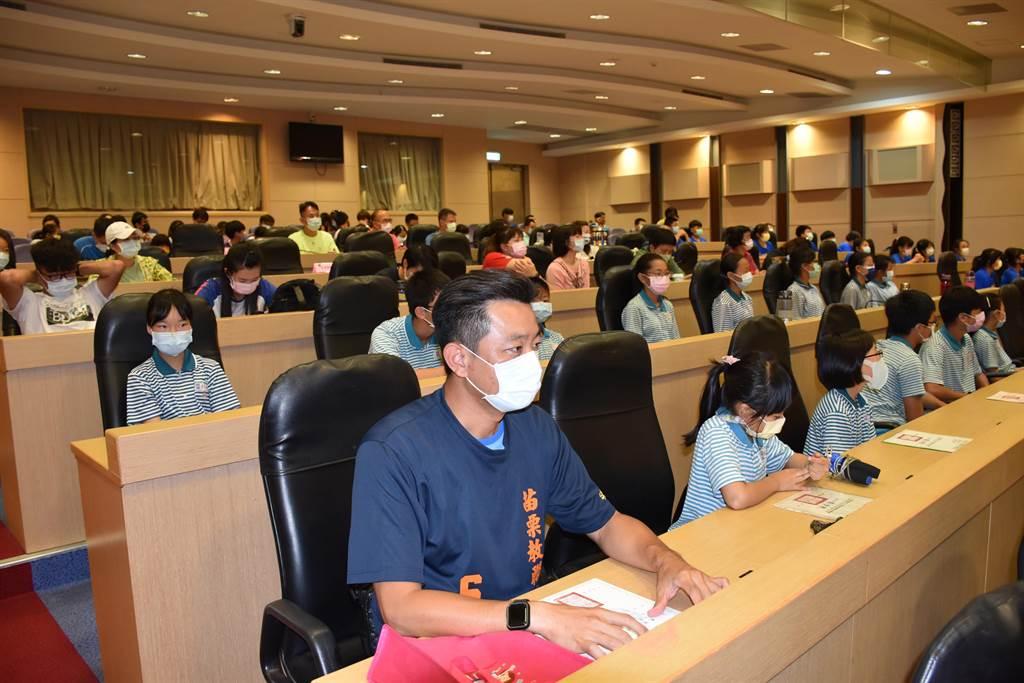竹南照南國小學生奪得教育部全國民俗體育比賽亞軍、季軍。(謝明俊攝)