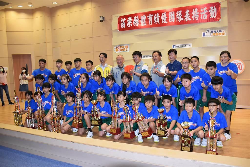 苑裡國小男女學童排球隊獲獎無數。(謝明俊攝)