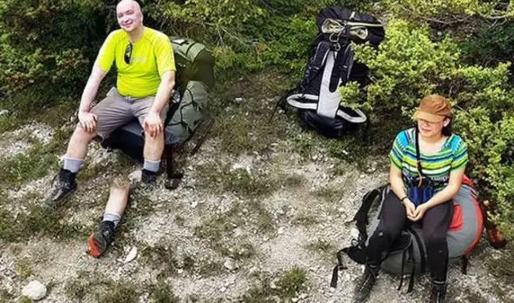 網路上也有一張詭異的斷腿照被瘋傳,畫面中可見,一名登山客的左腿膝蓋以下處「被截斷」並掉在一旁。(圖/翻攝自Google Maps)