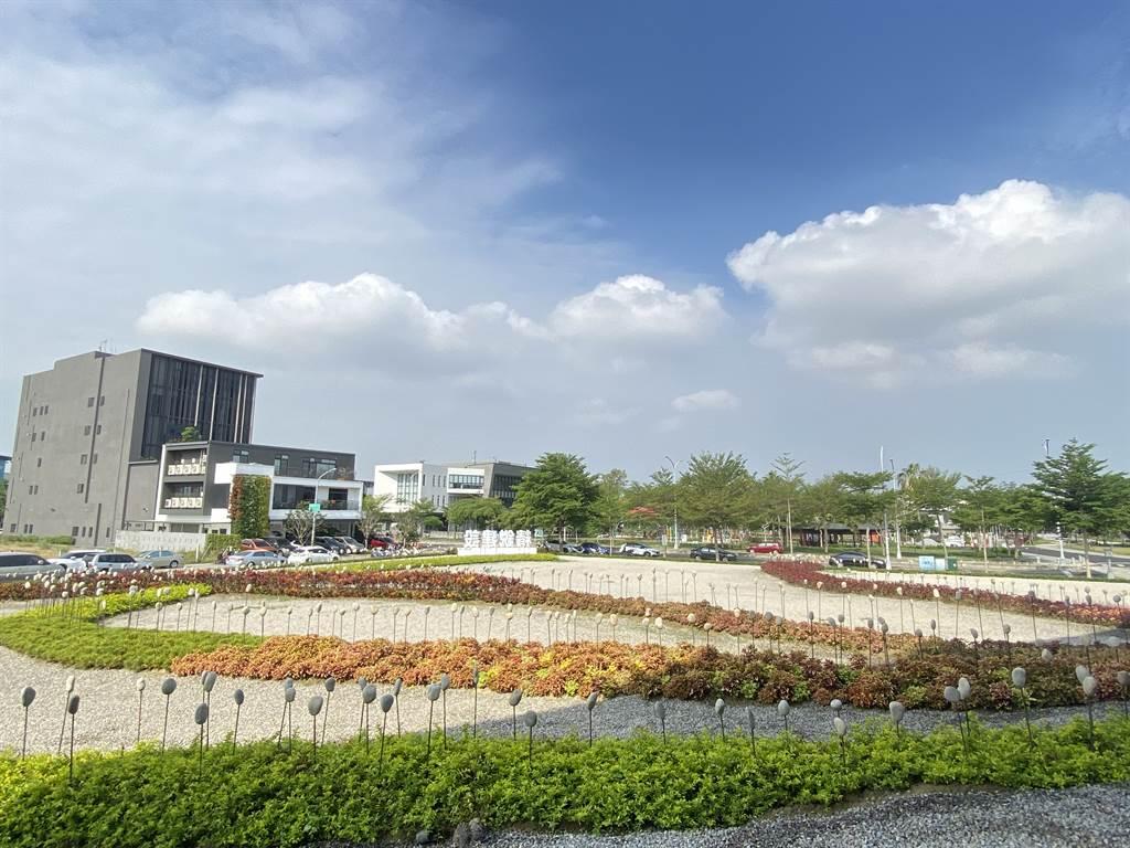 建商發揮創意,將米其林餐飲商圈的公益路旁基地打造成海岸線景觀,象徵廣闊綠海。(葉思含攝)
