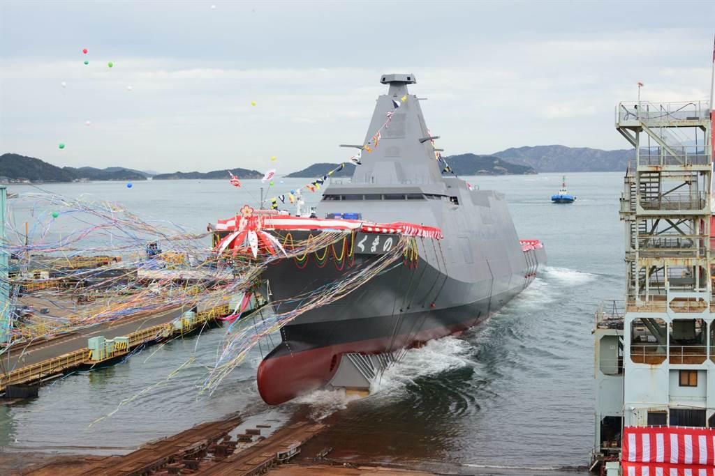 日本有意繞過「防衛裝備轉移三原則」,向印尼出售「多功能護衛艦」。圖為該級艦2號艦「熊野號」(FFM-2)。(圖/海上自衛隊臉書)
