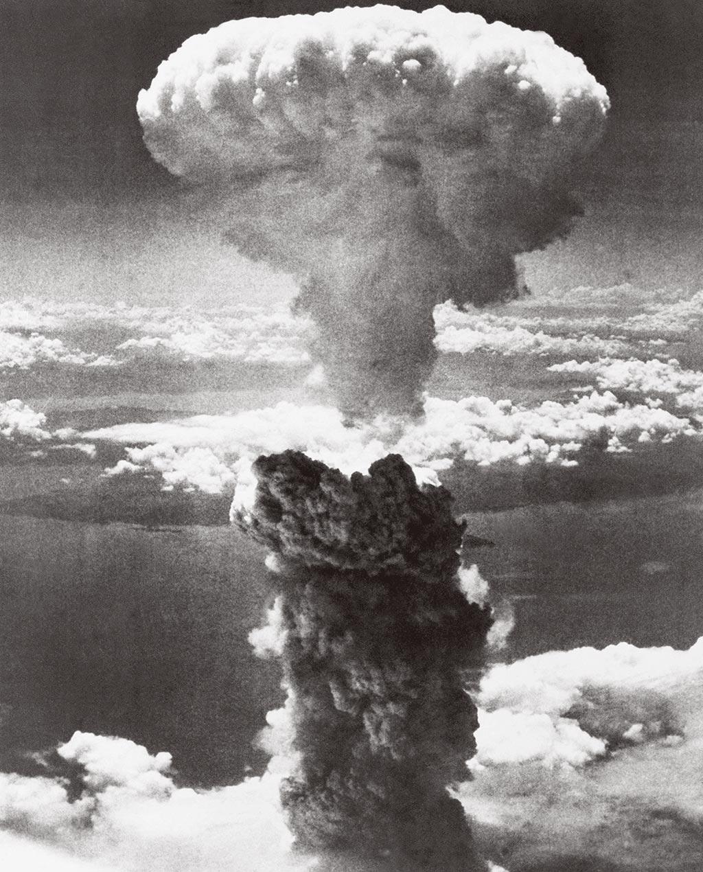 1945年8月9日,史上第二枚用於戰爭的原子彈在日本長崎爆炸後,巨大的蘑菇雲直衝雲霄。(美聯社)