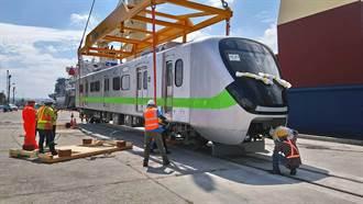 最美通勤電聯車EMU903今抵台 首次在台中港卸船