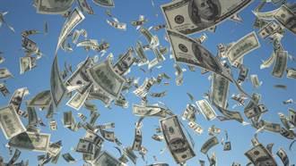 女老闆站陽台豪撒1億元鈔票 員工搶領獎金網超羨慕