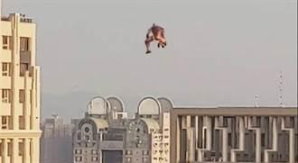 誤會大了 目擊鋼鐵人飛上天 恐是人形氣球非背包飛行器